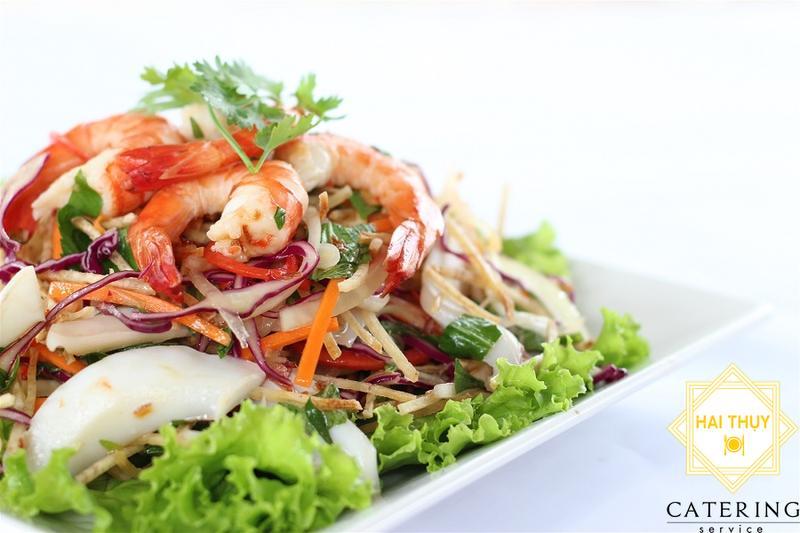 Khai vị 2 món: Gỏi Thái hải sản + Chả giò