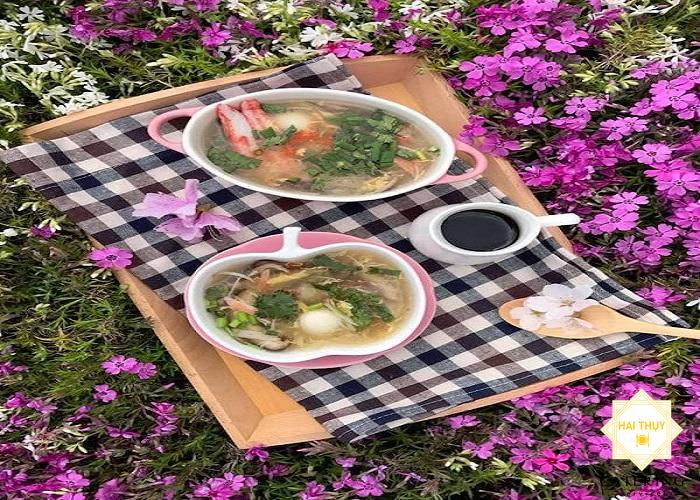 Món súp bóng cá kết hợp nấu với cua và gà