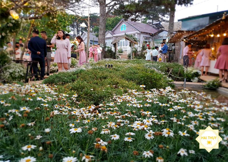 """Thiên đường hoa trắng """"chưa từng có"""" cho tiệc cưới ngoài trời lãng mạn"""