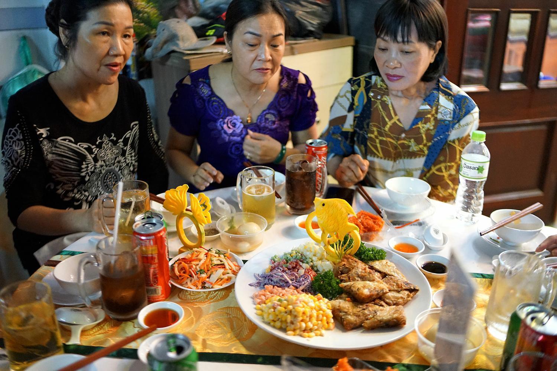 Món salad ngũ sắc khiến khách mời trầm trồ bất ngờ với cách bày trí bắt mắt – Hai Thụy Catering