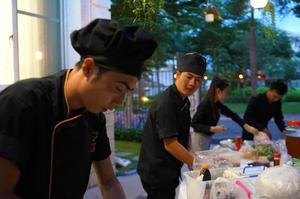 Đội ngũ nhân viên Hai Thụy trong quá trình làm tiệc lưu động