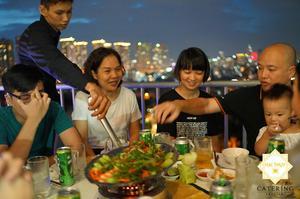 Tiệc tân gia tại nhà anh Giang (nguồn ảnh từ haithuycatering.com)