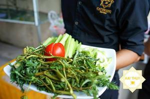 Dĩa rau xanh mướt ăn kèm món lẩu trong buổi tiệc