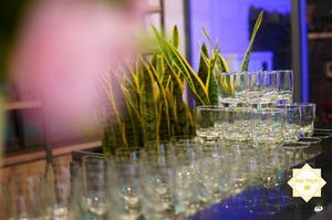 Những chiếc ly được sắp xếp khéo léo