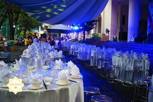 Những bàn tiệc được đặt ở vị trí ngay ngắn và thẳng tắp, tạo nên một không gian hoàn hảo hơn bao giờ hết