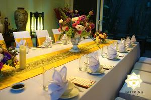 Bàn tiệc của gia chủ với tone vàng gold trang trọng và lịch sự