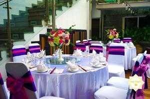 Bàn ghế được Hai Thuỵ Catering setup sang trọng với tone màu hồng - tím chủ đạo