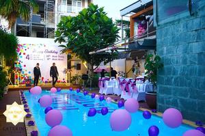Background buổi tiệc được đặt ngay giữa trung tâm hồ bơi
