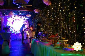 Bàn tiệc buffet với đa dạng món ăn