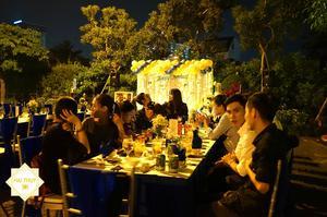 Đặc biệt với không gian tiệc được tổ chức ngoài trời, rất mát mẻ và thoáng đãng