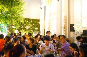 Các khách mời đang hòa mình với không gian tiệc ấm cúng và các món ăn hấp dẫn cả thị giác, thính giác
