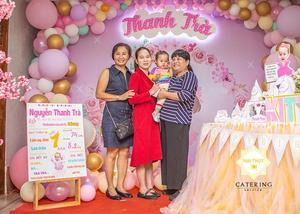 Thanh Trà đang cùng khách mời lưu giữ kỉ niệm cũng như con được nhận quà mừng tuổi mới