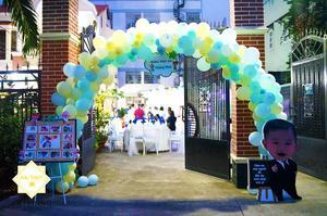 Một cổng chào rực rỡ sắc màu của bong bóng được Hai Thụy Catering làm ra