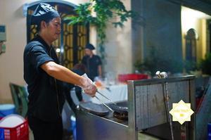 """Các đầu bếp tài năng của Hai Thụy Catering luôn đặt cả cái """"tâm"""" của nghề vào các món ăn"""