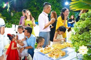 Một bàn buffet nho nhỏ với rất nhiều các loại bánh mì có vị ngọt và mặn để phục vụ nhu cầu của khách mời