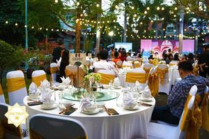 Không gian tiệc cưới thật ấm cúng với những ánh đèn vàng