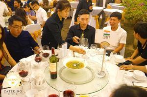 Bàn tiệc xoay để khách mời dễ dàng, thuận tiện lấy món ăn