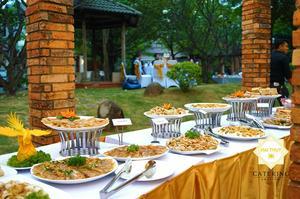 Bàn tiệc buffet với các món ăn truyền thống của Việt Nam, như bánh bèo, bánh lọc, bánh nậm