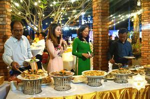 Các khách mời đang lấy món buffet