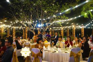 Tất cả các khách mời đều vui vẻ cùng cô dâu và chú rể