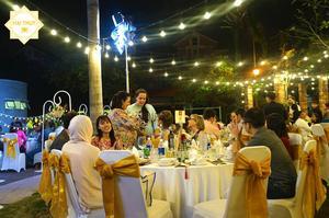 Các khách mời từ 20 quốc gia cũng vui tươi trong những bộ áo dài ngập màu sắc