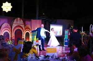 Họ cùng nhau khiêu vũ những điệu nhạc mừng hạnh phúc lứa đôi đầy tình cảm, lãng mạn