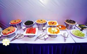Bàn tiệc buffet ngọt với các món bánh mặn, ngọt khác nhau và trái cây tươi ngon