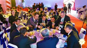 Các khách mời cùng nhau nâng ly chúc mừng nhà máy United