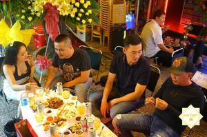 Các khách mời thoải mái ăn uống và trò chuyện