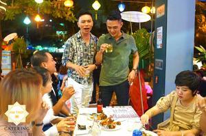 Những khoảnh khắc nói chuyện vui vẻ trong buổi tiệc