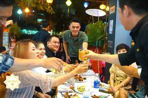 Các khách mời cùng chung vui chúc mừng tiệc khai trương quán