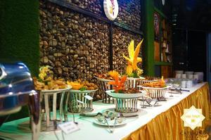 Bàn tiệc buffet với thực đơn 10 món