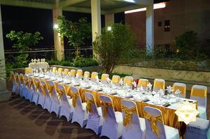 Những chiếc bàn tiệc thẳng tắp, tinh tươm và hoàn mỹ