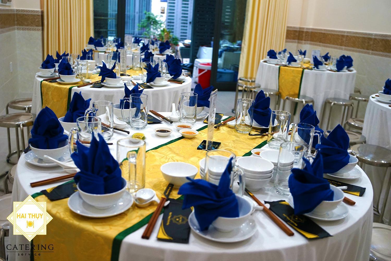 Những bàn tiệc chỉnh chu, được sắp xếp gọn gàng, ngay ngắn
