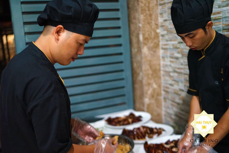 Các đầu bếp của Hai Thụy Catering luôn đặt cái tâm của mình vào hương vị và vẻ ngoài của từng món ăn